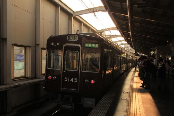 朝日を浴びて 阪急豊中駅_d0202264_147239.jpg