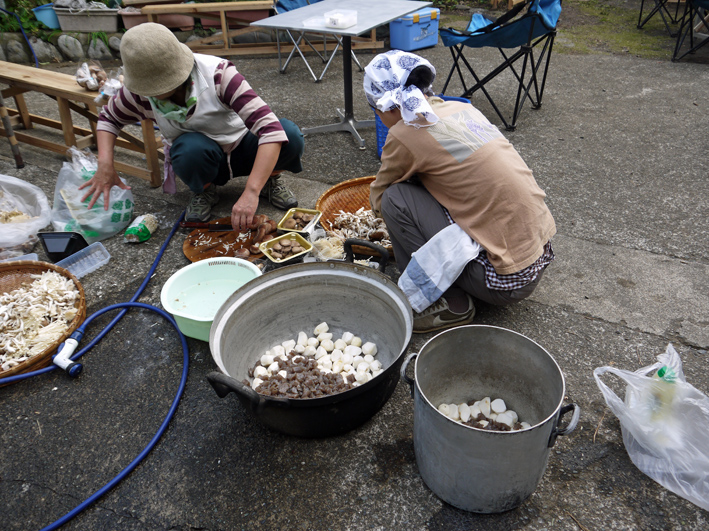 かっちゃんちの芋煮会に赤ちゃんから熟年まで参加10・26_c0014967_14573928.jpg