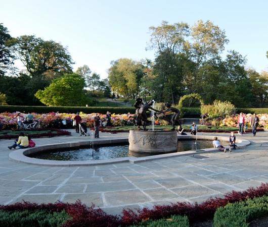 なぜか今、お花満開のセントラルパーク内にあるフランス式庭園(Conservatory Gardenの一部)_b0007805_3111785.jpg