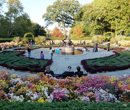なぜか今、お花満開のセントラルパーク内にあるフランス式庭園(Conservatory Gardenの一部)_b0007805_3113036.jpg