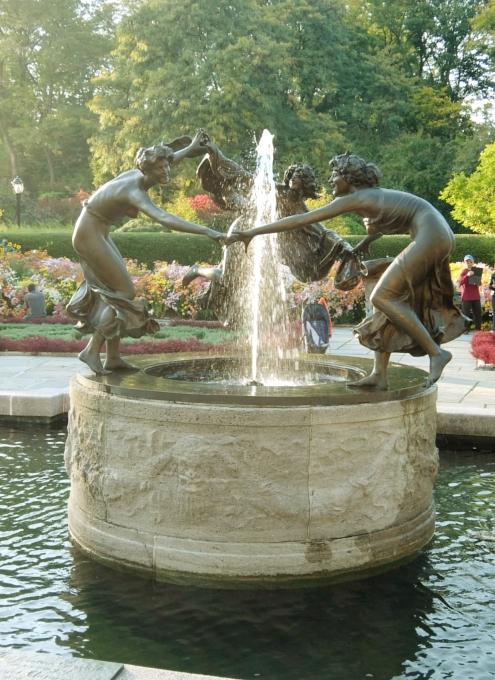 なぜか今、お花満開のセントラルパーク内にあるフランス式庭園(Conservatory Gardenの一部)_b0007805_3243735.jpg
