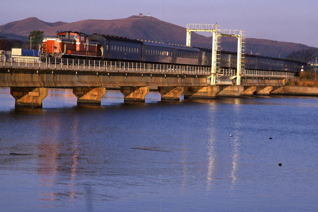 船越の鉄橋をキハ40が渡る - 2014年秋・男鹿線 -  _b0190710_2335361.jpg
