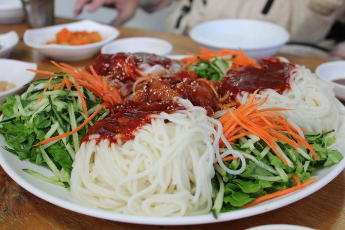 済州島とソウル 郷土料理と民族芸術に触れる旅 その3  豪快に混ぜて食べるお刺身麺。_a0223786_15393555.jpg