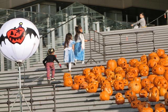 大阪駅広場でハロウィンパーティーちびっ子が可愛い、全国ハロウィンパーティー_d0181492_1813310.jpg