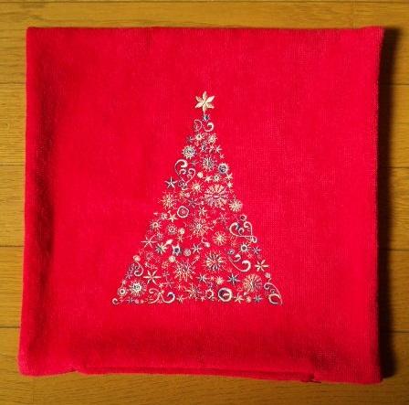 雪の結晶のツリー刺繍クッションです♪_c0316026_18031691.jpg