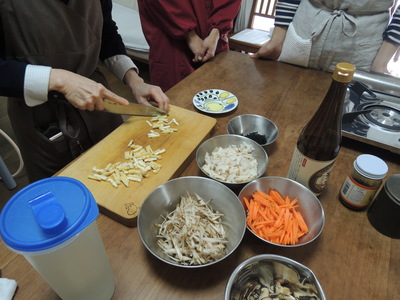 かぼちゃの肉詰め、りんごと甘栗の白和え、根菜のまぜごはんを作りました_b0252363_22465072.jpg