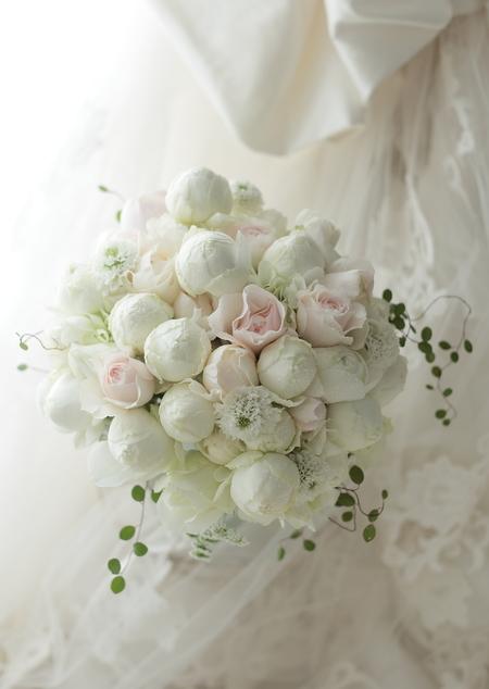 2シェアブーケ 綱町三井倶楽部様へ 白に薄いピンクで _a0042928_2133553.jpg