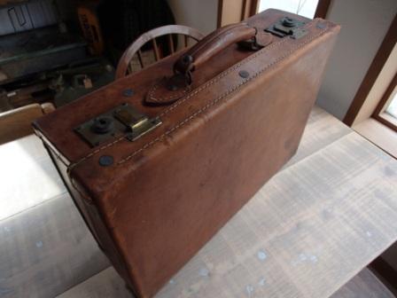 革張りの古いトランク_f0200380_06200622.jpg