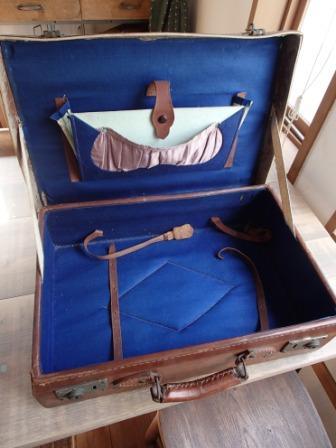 革張りの古いトランク_f0200380_06201458.jpg