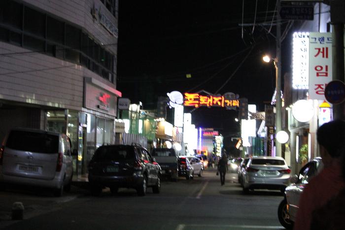 済州島とソウル 郷土料理と民族芸術に触れる旅 その5 東門市場を覗いて、黒豚通りでサムギョプサル_a0223786_12303268.jpg