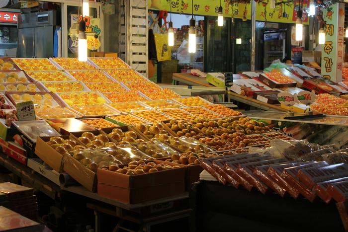 済州島とソウル 郷土料理と民族芸術に触れる旅 その5 東門市場を覗いて、黒豚通りでサムギョプサル_a0223786_1230831.jpg