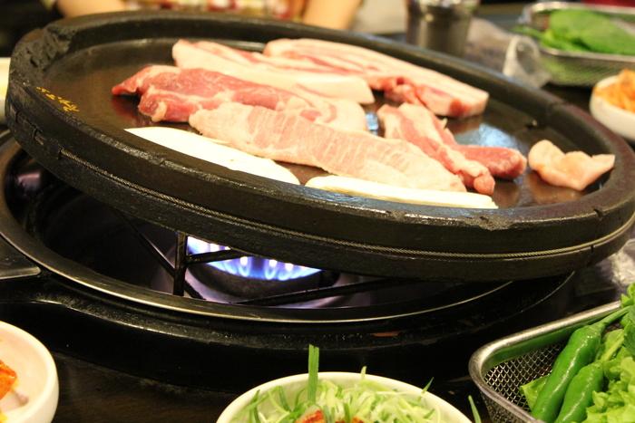 済州島とソウル 郷土料理と民族芸術に触れる旅 その5 東門市場を覗いて、黒豚通りでサムギョプサル_a0223786_12312346.jpg