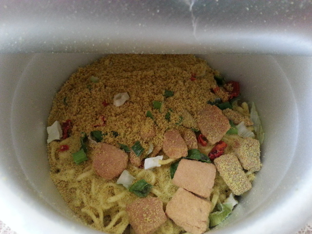 サッポロ一番×いなば チキンとタイカレー味イエローカレーヌードルビッグ¥214_b0042308_1511062.jpg