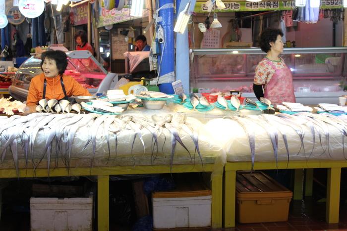済州島とソウル 郷土料理と民族芸術に触れる旅 その5 東門市場を覗いて、黒豚通りでサムギョプサル_a0223786_153657.jpg