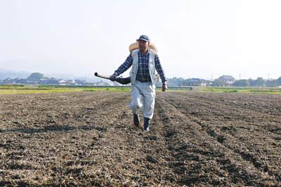砂田米 来年も美味しいお米を育てるために!その2:れんげの種まきと転圧作業_a0254656_1848117.jpg