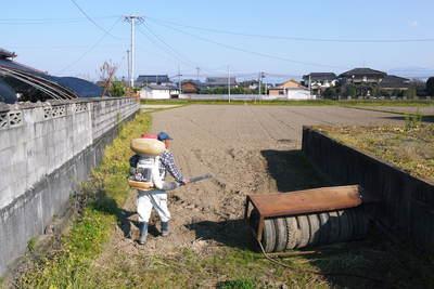 砂田米 来年も美味しいお米を育てるために!その2:れんげの種まきと転圧作業_a0254656_19184778.jpg