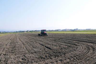 砂田米 来年も美味しいお米を育てるために!その2:れんげの種まきと転圧作業_a0254656_19271438.jpg