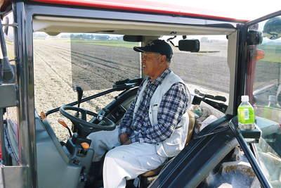 砂田米 来年も美味しいお米を育てるために!その2:れんげの種まきと転圧作業_a0254656_19292450.jpg