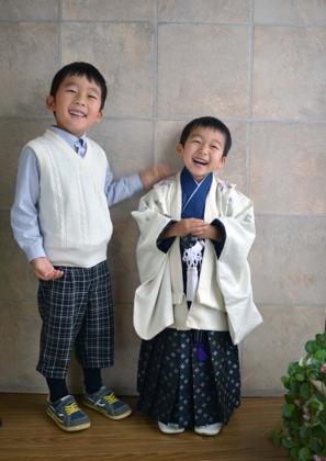 お兄ちゃんとのツーショットもこの笑顔......なかなか...._b0194185_22365332.jpg