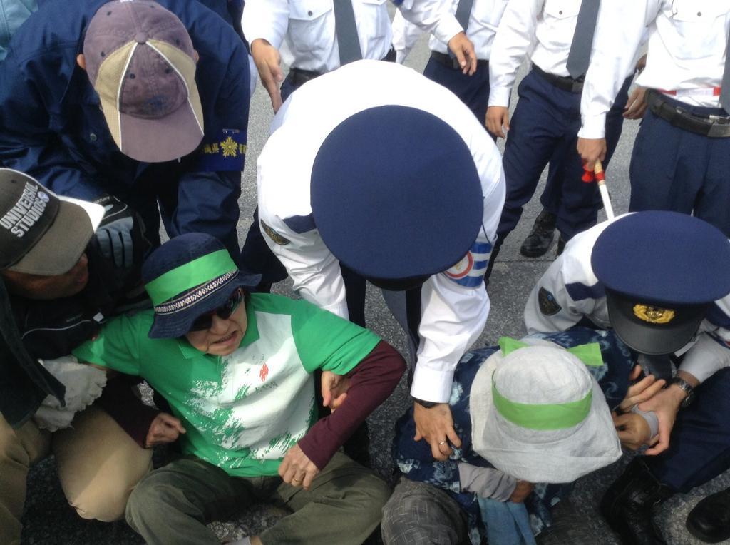 沖縄県警、新聞記者と映画監督を排除_f0212121_928306.jpg