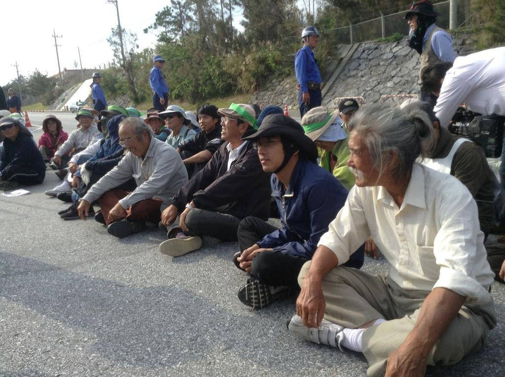 沖縄県警、新聞記者と映画監督を排除_f0212121_93042.jpg