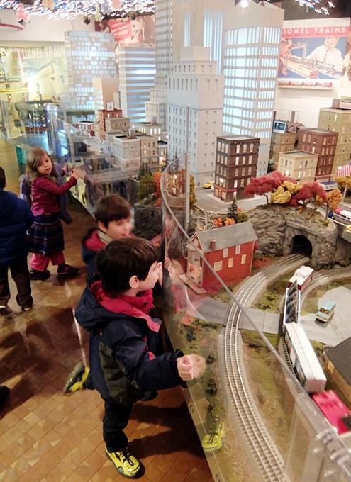 グランド・セントラル駅構内にある地下鉄博物館のホリデー・トレイン・ショー_b0007805_2319490.jpg