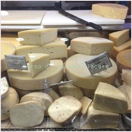 イタリア食旅行記⑬ 町のチーズ屋さん訪問_b0107003_11320317.jpg