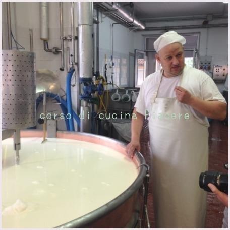 イタリア食旅行記⑬ 町のチーズ屋さん訪問_b0107003_11573620.jpg