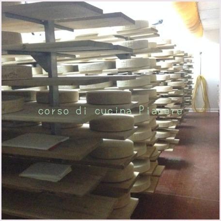 イタリア食旅行記⑬ 町のチーズ屋さん訪問_b0107003_11594499.jpg