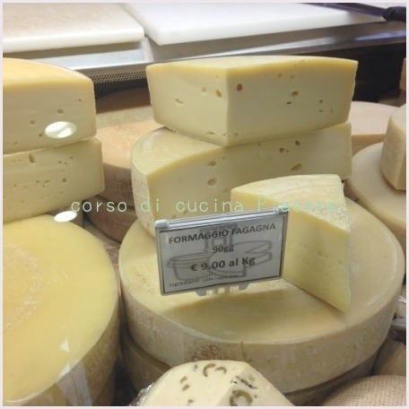 イタリア食旅行記⑬ 町のチーズ屋さん訪問_b0107003_12065821.jpg