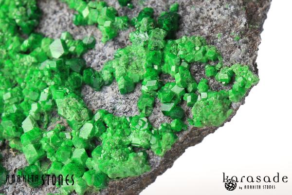 ウバロバイトガーネット原石(ロシア産)_d0303974_1713120.jpg