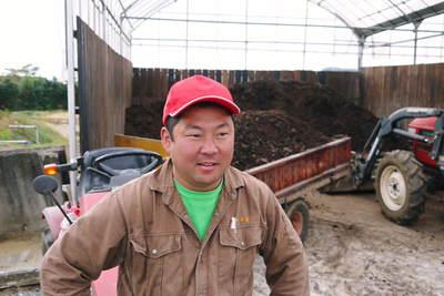 熊本ぶどう 社方園 貯蔵用分を蓄えさせるためのお礼肥え(基肥)散布作業 その1_a0254656_1748515.jpg