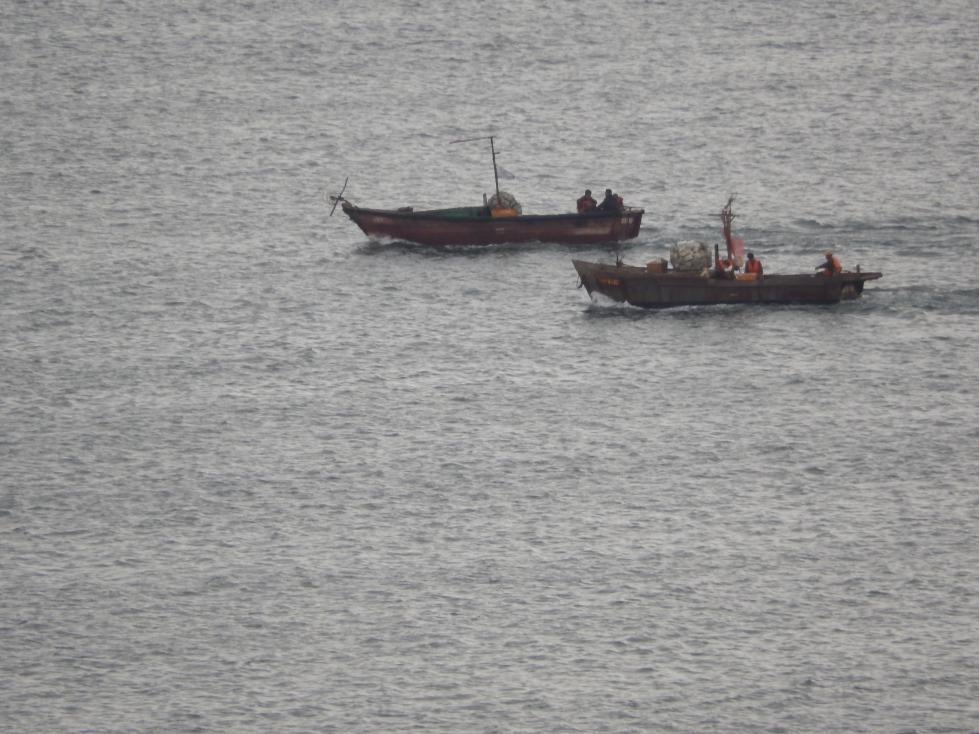 北朝鮮のイカ釣り漁船急増は朝鮮東海岸の中国漁船の操業と関係がありそう_b0235153_1644879.jpg