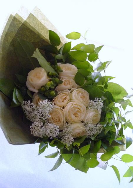 お友達の女性への誕生日花束。「白とグリーンのみで」。_b0171193_22064357.jpg