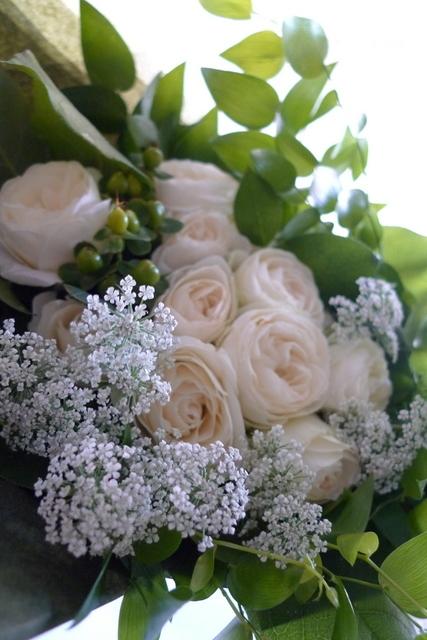 お友達の女性への誕生日花束。「白とグリーンのみで」。_b0171193_22070176.jpg