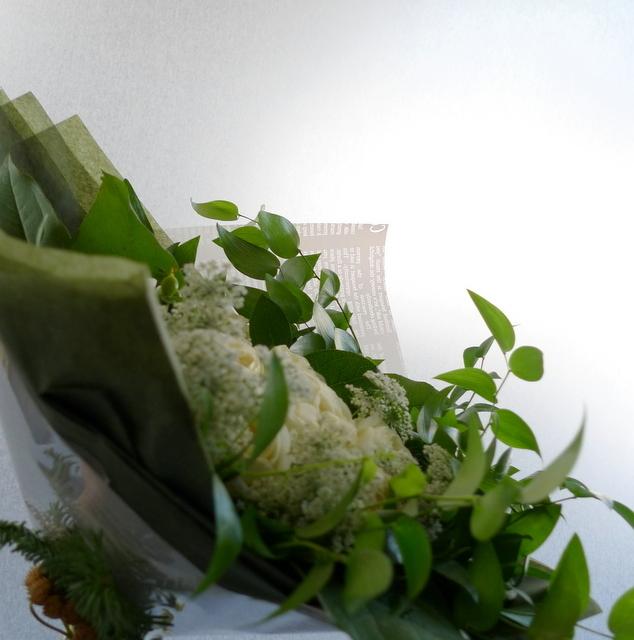 お友達の女性への誕生日花束。「白とグリーンのみで」。_b0171193_22070576.jpg