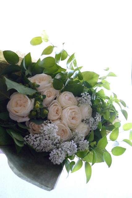 お友達の女性への誕生日花束。「白とグリーンのみで」。_b0171193_22074806.jpg