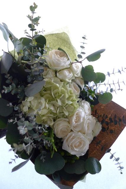 産休に入られる方への花束。「白とグリーンで、ナチュラルな感じで」。_b0171193_22443667.jpg