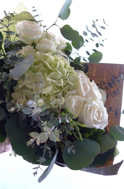 産休に入られる方への花束。「白とグリーンで、ナチュラルな感じで」。_b0171193_22444327.jpg