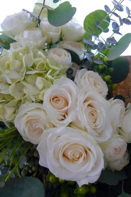 産休に入られる方への花束。「白とグリーンで、ナチュラルな感じで」。_b0171193_22444644.jpg