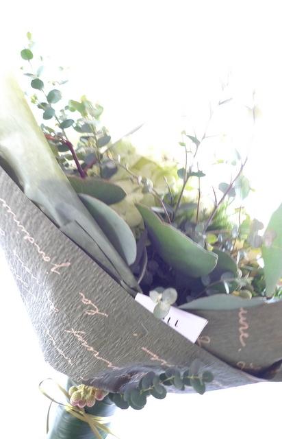 産休に入られる方への花束。「白とグリーンで、ナチュラルな感じで」。_b0171193_22444808.jpg