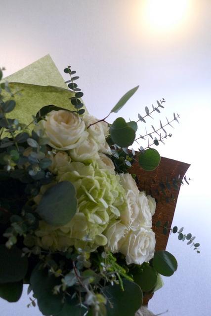 産休に入られる方への花束。「白とグリーンで、ナチュラルな感じで」。_b0171193_22445285.jpg