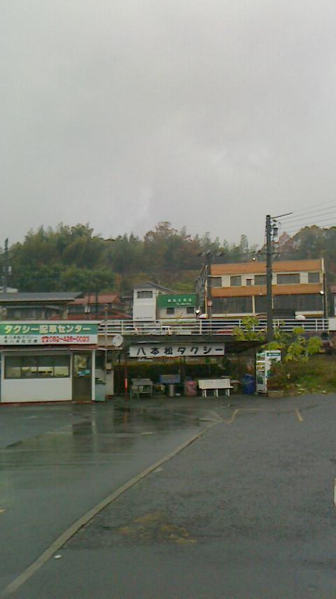 【雨の八本松駅前、明日衆院選公示】_e0094315_7345597.jpg