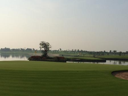 メンバーはタイ人のみの美しいゴルフ場_b0100062_15282830.jpg