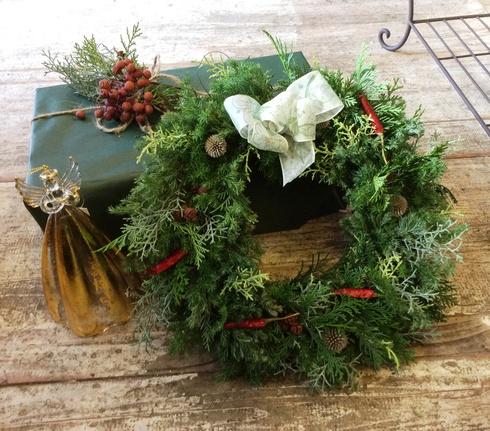 何種類かのヒバを使ったクリスマスリース・・・・プレゼントにもいかがですか?_b0137969_1514355.jpg