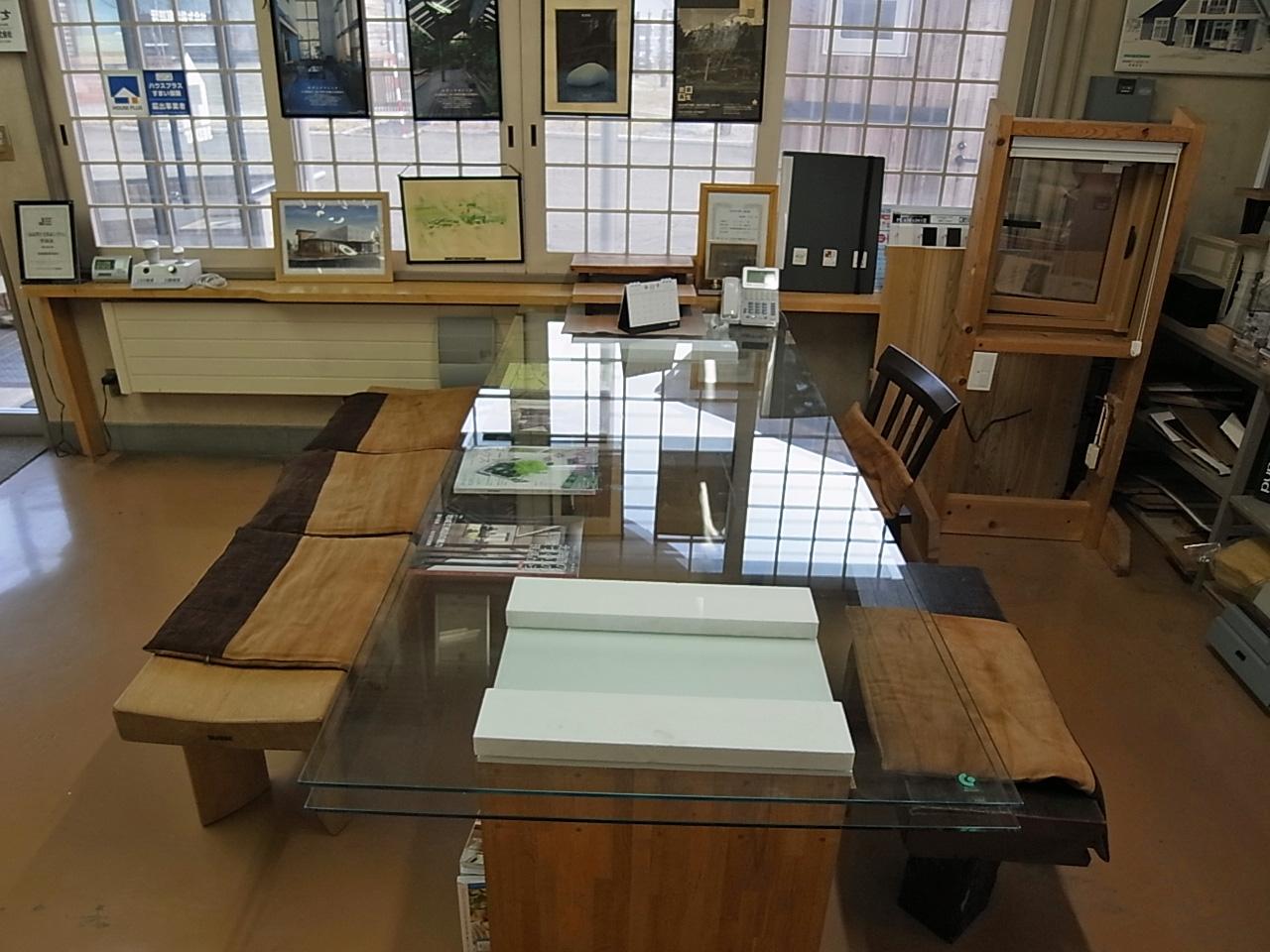 いえのえほん94/強化ガラスのテーブル_c0189970_86898.jpg
