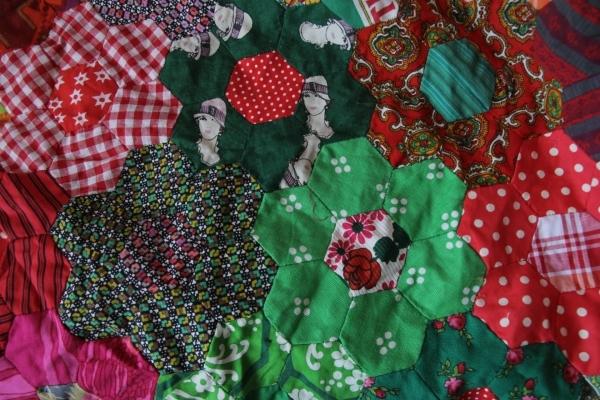 6角つなぎのパッチワーク「おばあさんの花園」_b0142544_05070709.jpg