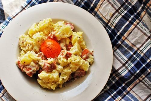 トロ~リ♪卵黄をくずして食べる魅惑のポテトサラダ