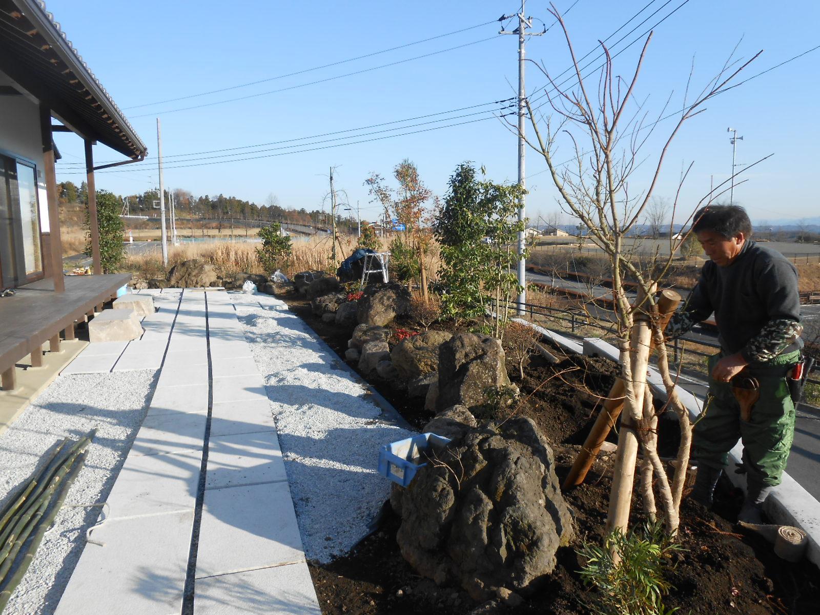 造園工事も完成まじか_c0066693_17593177.jpg
