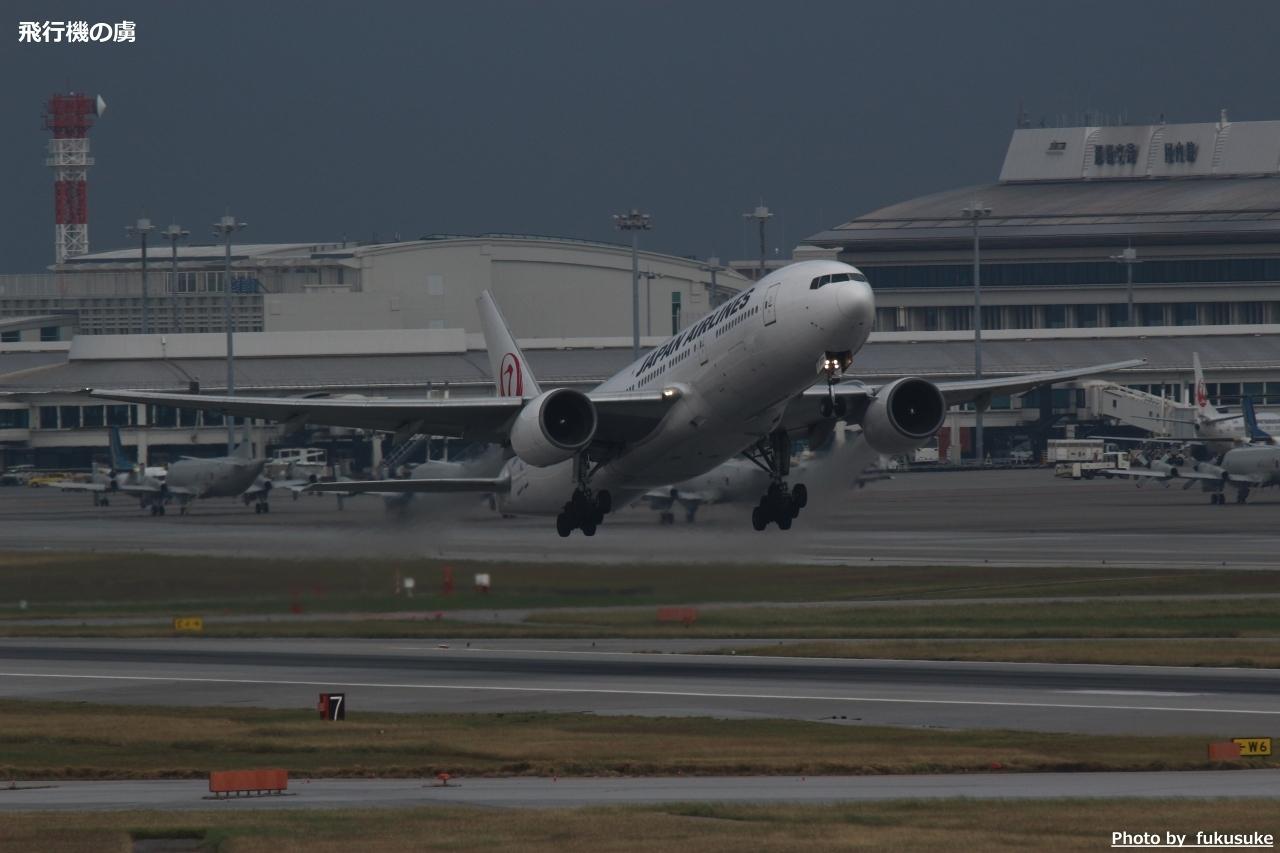 AF不安定 曇り空で撮る777の離陸(328ズーム+テレコン2x)_b0313338_00252334.jpg